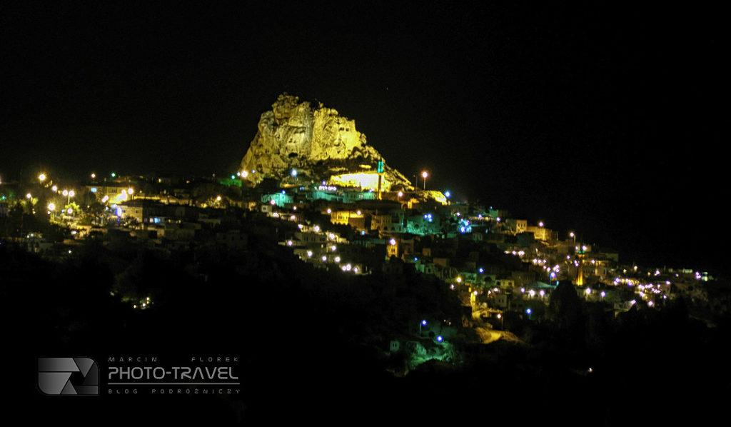 Uçhisar nocą z imponującą fortecą - atrakcje turystyczne, bajkowe kominy, podziemne masta. Ile kosztuje lot balonem nad Kapadocją