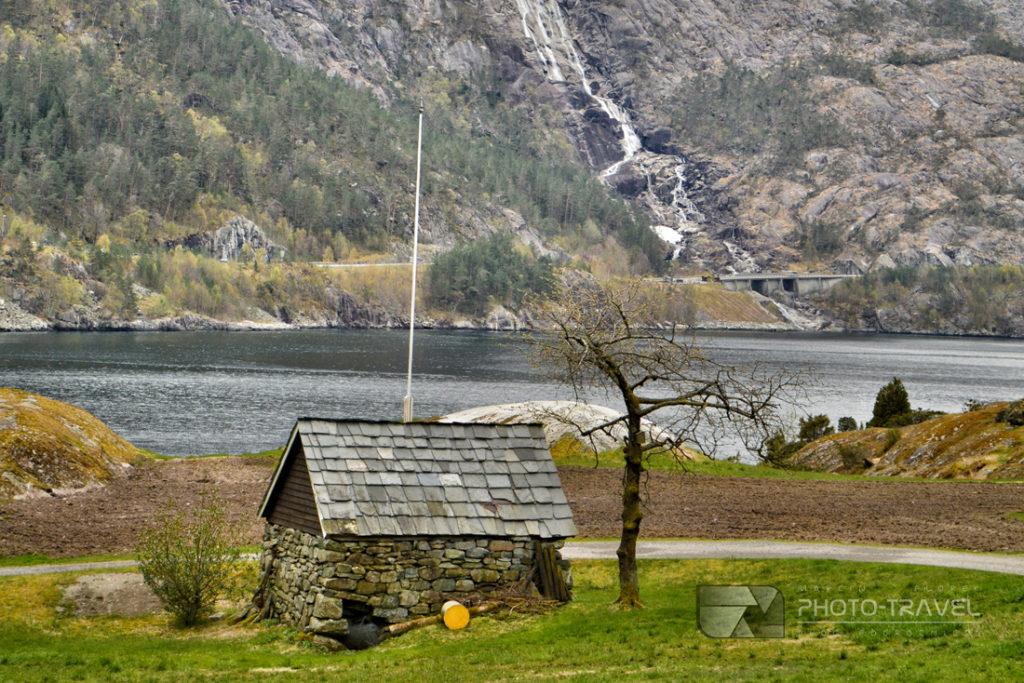 Wspaniały widok na wodospad Langfoss i Akrafjord