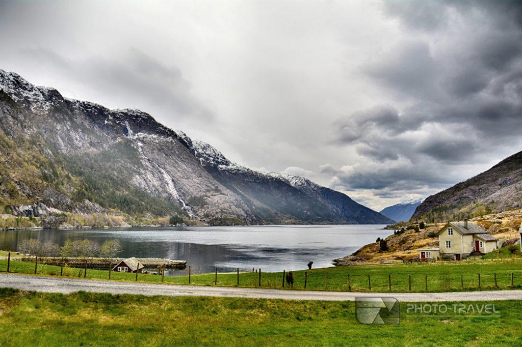 Wspaniały widok na wodospad Langfoss i Akrafjord - najlepszy blog podrózniczy w polsce