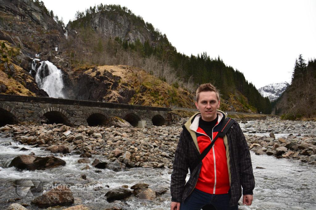 Wodospad Latefoss przy wjeździe do miejscowości Odda w Norwegii to miejsce które trzeba zobaczyć w Norwegii