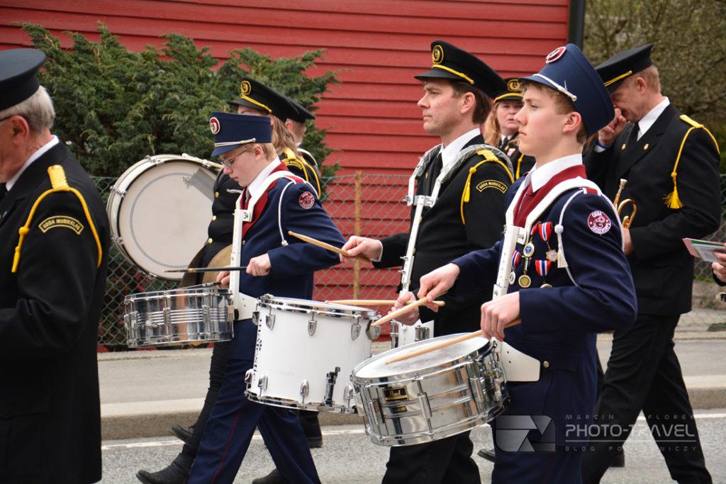 Norweskie flagi, orkiestra podczas pochodu