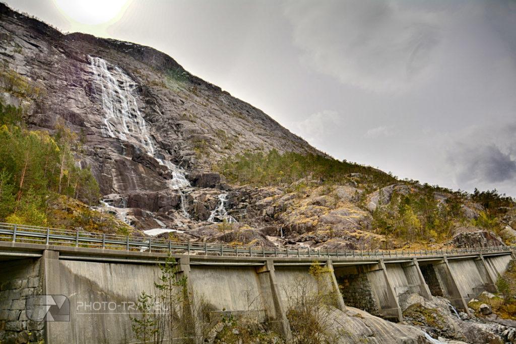 wodospad Langfoss i kamienny most na drodze E134 w zachodniej Norwegii