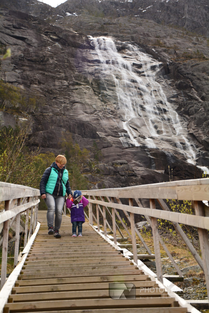 Parking i taras widokowy przy wodospadzie Langfossen