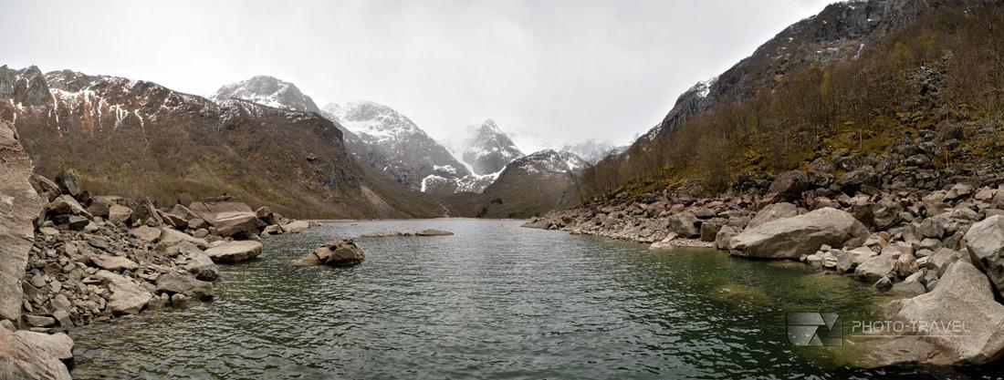 Wspaniały widok na jezioro Bondhusvatnet i na Bondhusbreen, czyli niebieski język lodowca Folgefonna