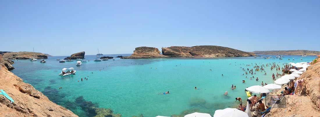 Między wyspą Gozo i północnym brzegiem Malty znajduje się mała wysepka Comino, na której można zobaczyć jedną z najbardziej malowniczych zatok w rejonie Morza Śródziemnego - Blue Lagoon.