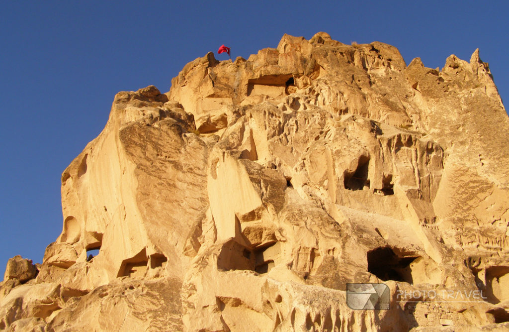 Uçhisar z imponującą fortecą - atrakcje turystyczne, bajkowe kominy, podziemne masta