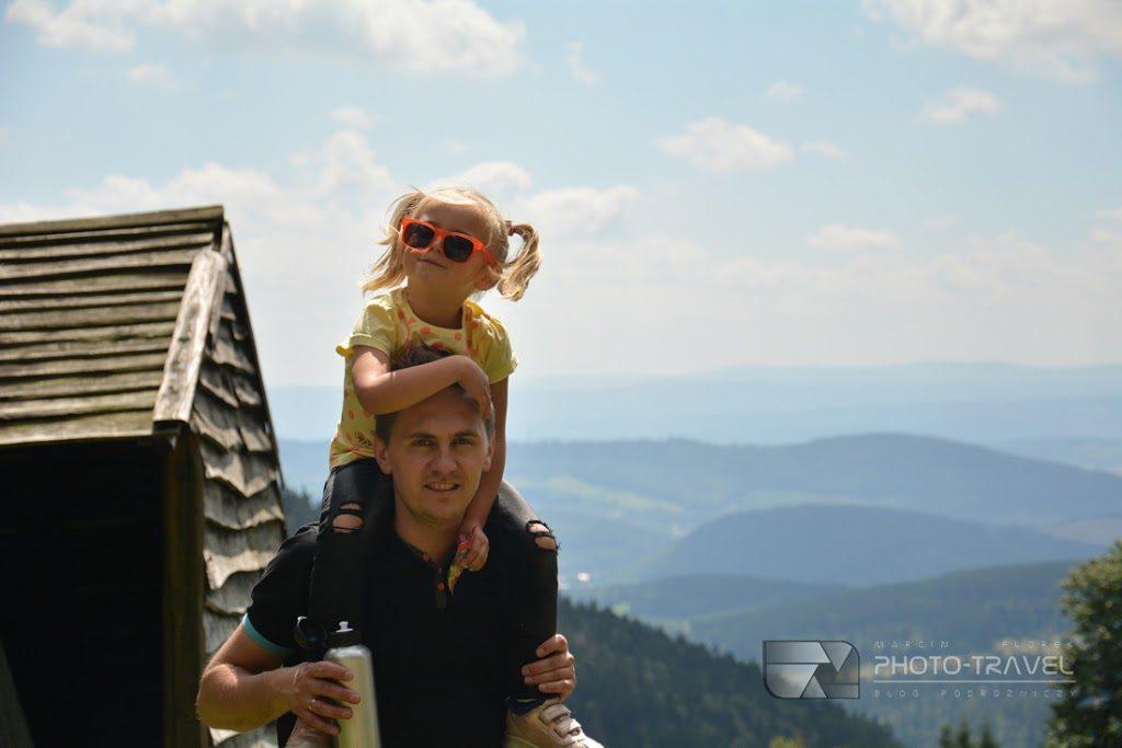 Podróżująca rodzina w górach. Atrajcje turystyczne Gór Sowich i okolic Nowej Rudy