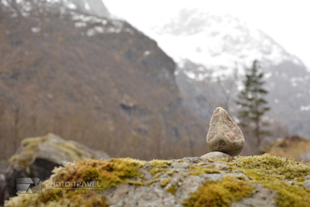 W górach okłada się na szlaku kamienie jeden na drugim
