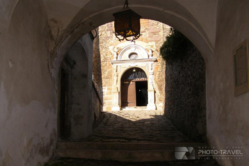 Zamek Grodno w Zagórzu Śląskim - Wejście do zamku górnego
