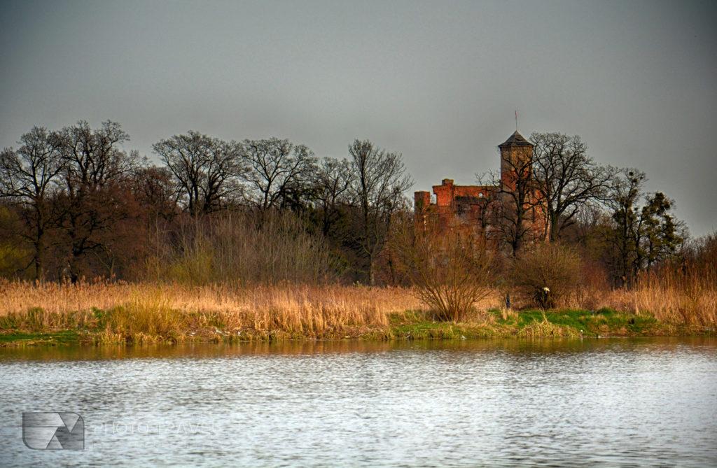 Rejs statkiem po Odrze w Urazie koło Brzegu Dolnego - ruiny średniowiecznego zamku w Urazie