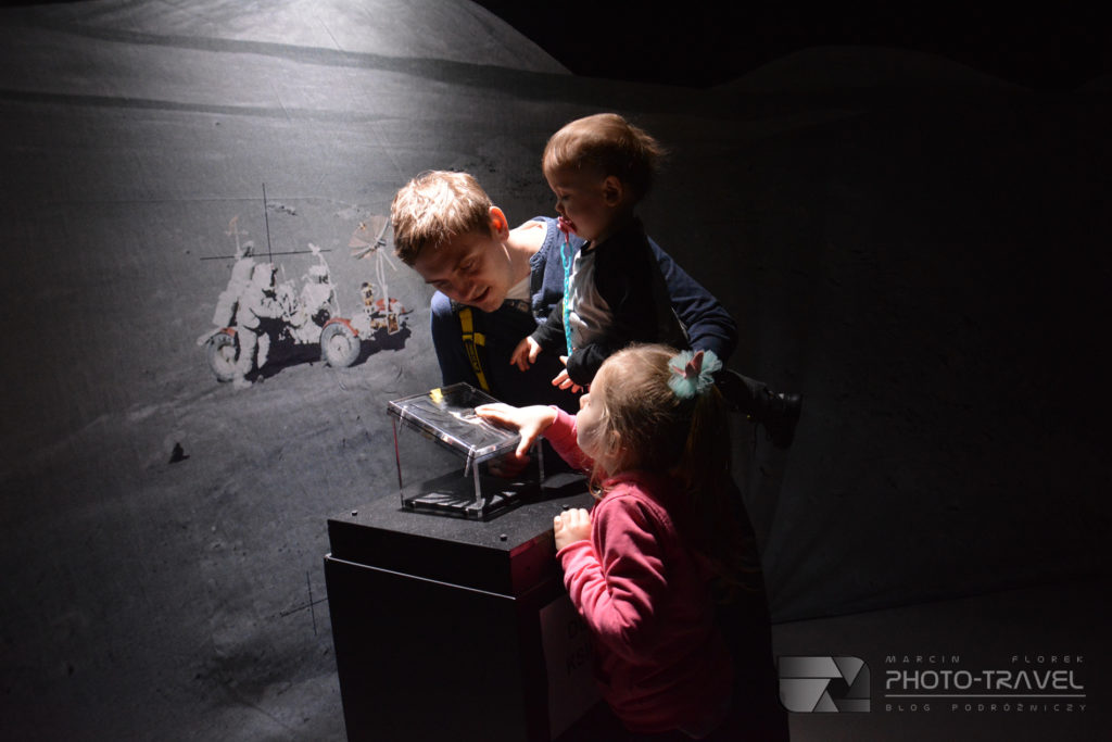 Kamień księżycowy na Nasa Space Adventure kosmicznej wystawie w Hali Stulecia