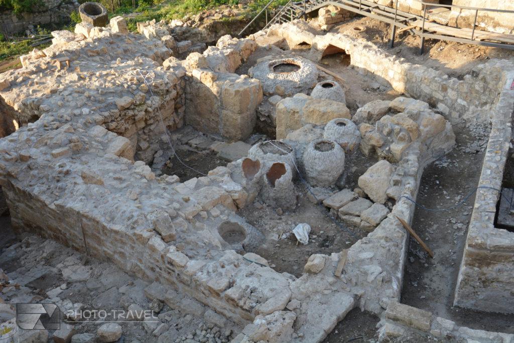 kwewri zakopane w monastyrze Gelati