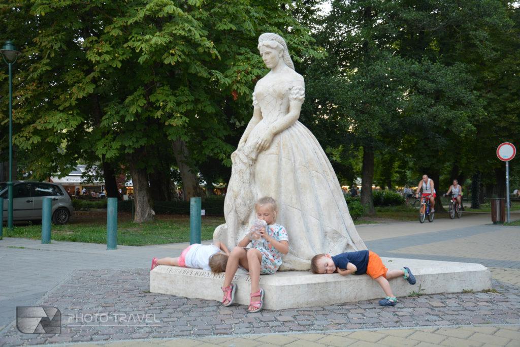 Rzeźby na deptaku w Keszthely