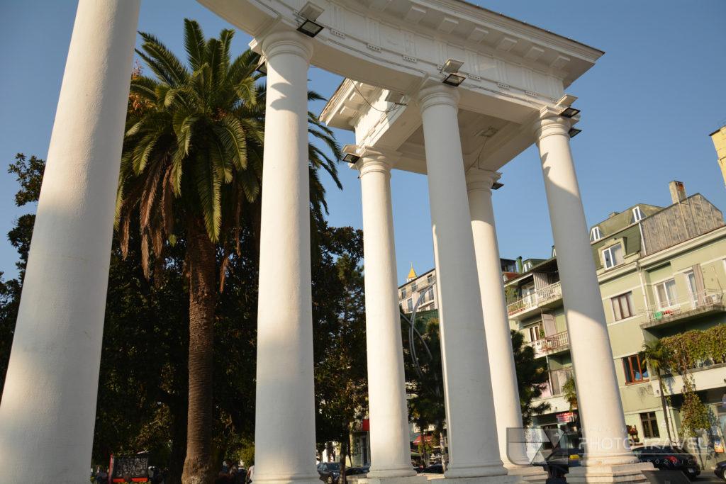 Park 6-go maja - kolumny przed parkiem
