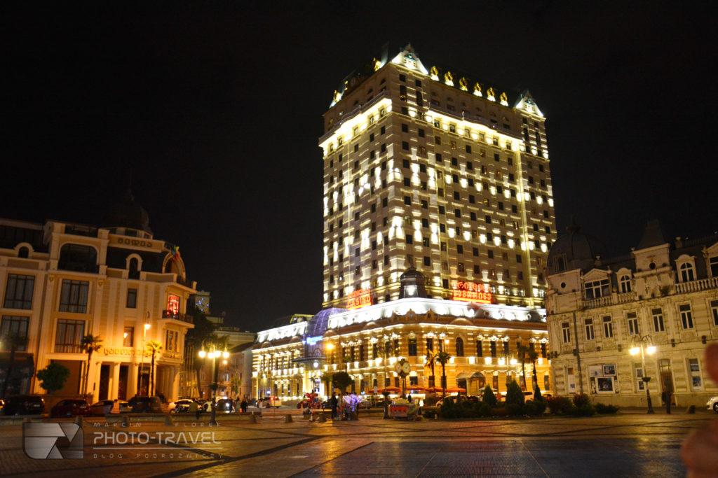 Stare miasto w Batumi nocą