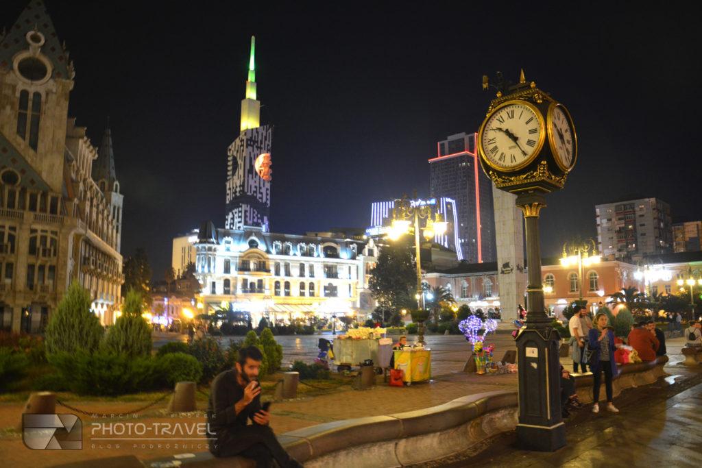 Plac Europejski i posąg Medei w Batumi nocą