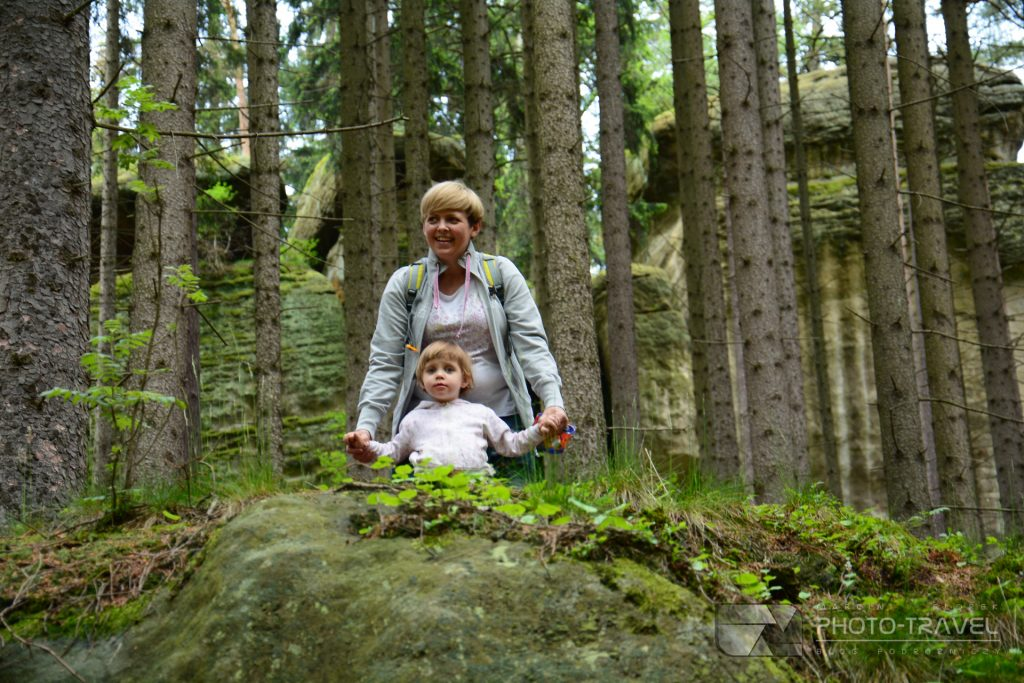 Głazy Krasnoludków w Gorzeszowie  z dziećmi