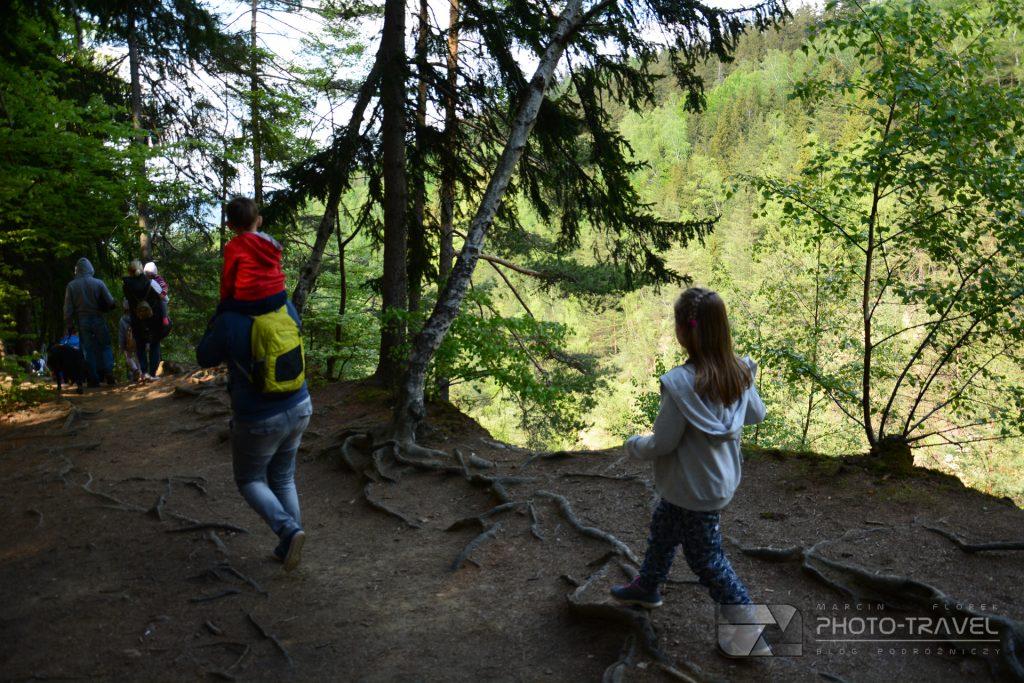 Ziemia kamienKolorowe Jeziorka w Rudawach Janowickich z dziećmi