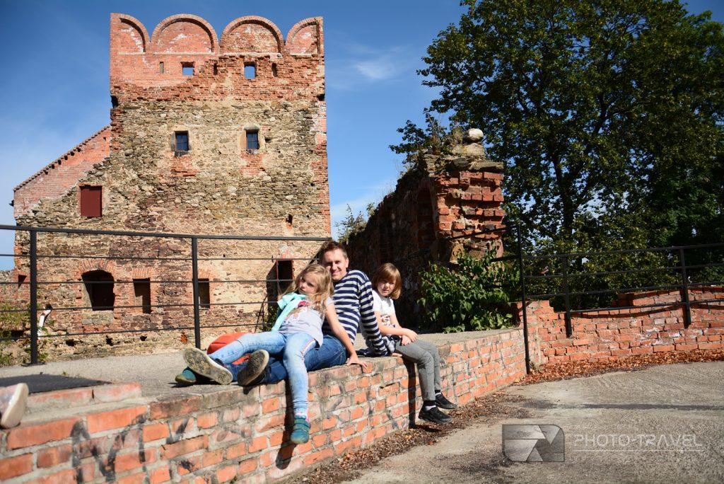 Ząbkowice Śląskie - ruiny zamku z dziećmi