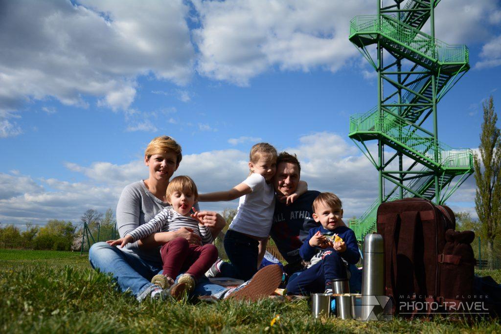 Wieża widokowa w Kotowicach z dziećmi