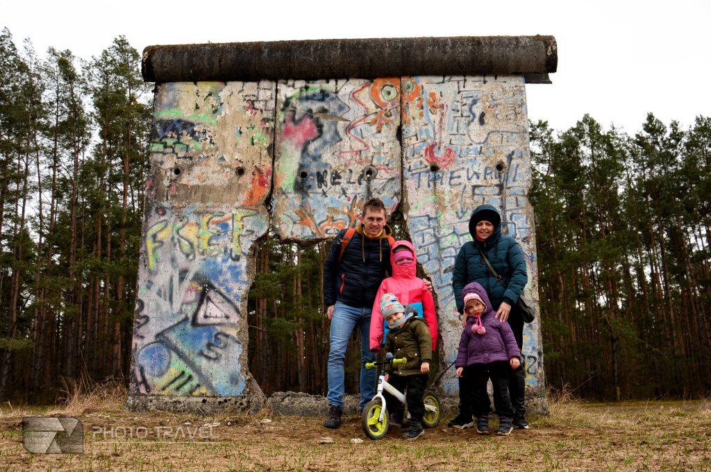 mur berliński w sosnówce z dziećmi zwiedzanie
