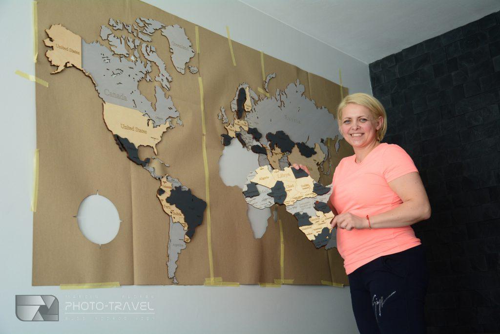 Montaż drewnianej mapy świata LosokaWood na ścianie