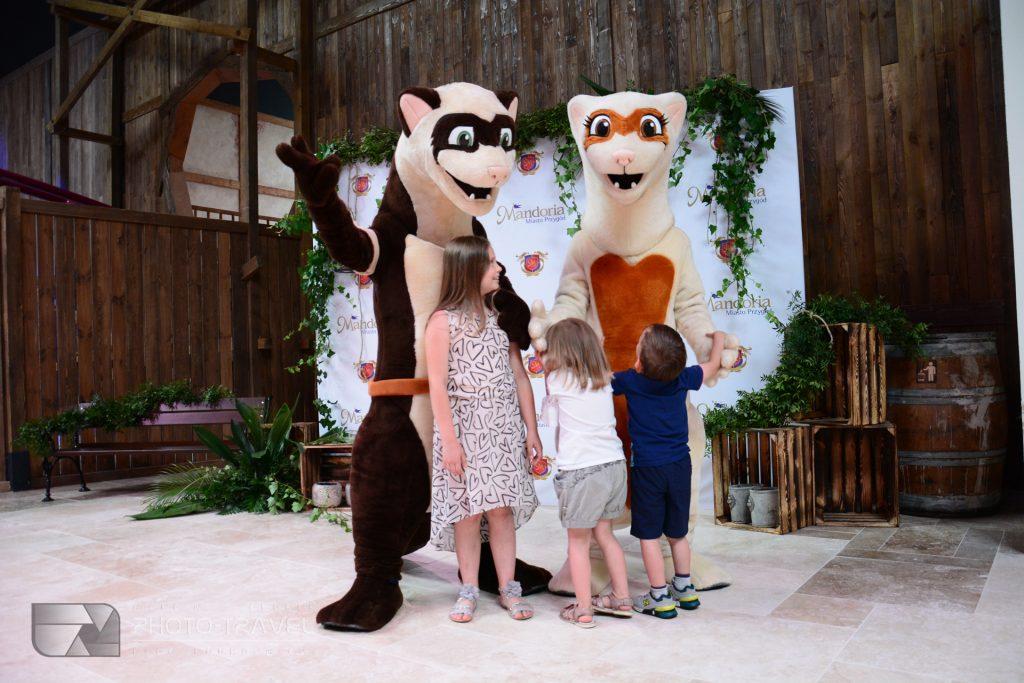 Oficjalnymi maskotkami parku rozrywki Mandoria są fretki Lili i Raskala.